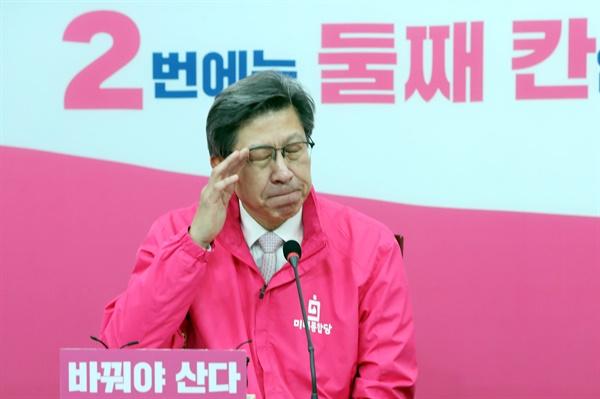 미래통합당 박형준 공동선대위원장이 13일 오전 서울 여의도 국회에서 열린 기자간담회에서 잠시 생각에 잠겨 있다.