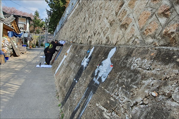 그래피티 작업 오른쪽 담벽에 여덟분의 독립운동가 그래피티 작업이 한창이다. 이곳은 북촌으로 오르는 길목으로 많은 사람들의 왕래가 빈번한 곳이다.