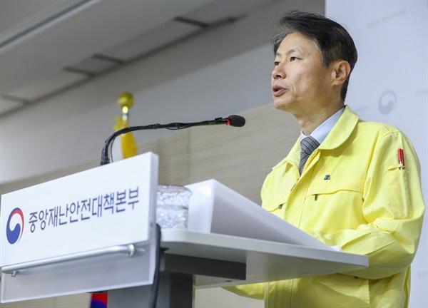 김강립 중앙재난안전대책본부 제1총괄조정관이 4월 13일 정례브리핑을 하고 있다.
