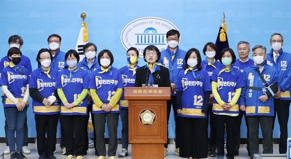 열린민주당 김진애 후보를 비롯한 비례대표 후보들이 13일 오후 서울 여의도 국회 소통관에서 기자회견을 열고 지지를 호소하고 있다.
