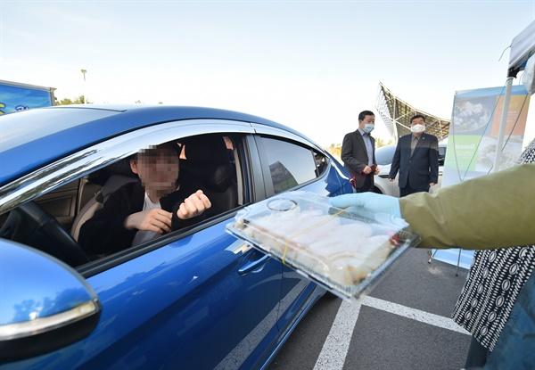 31일 오후 제주도와 제주어류양식수산업협동조합이 제주시 한라도서관 주차장에서 '제주광어 드라이브 스루(drive-through) 특별 판매' 행사를 진행하고 있다.