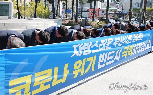 4.15총선 투표일을 하루 남겨놓은 14일 더불어민주당 후보자들이 송상헌 동상 앞에서 지지를 호소하고 있다.