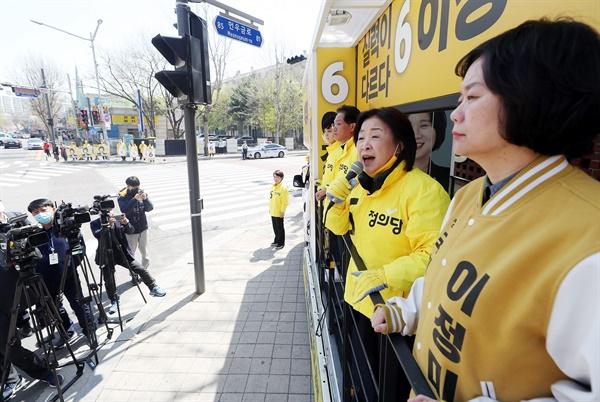 정의당 심상정 대표가 제21대 총선을 하루 앞둔 14일 오전 인천시 연수구 동춘동 한 사거리에서 인천 연수을 이정미 후보 지지를 호소하고 있다.