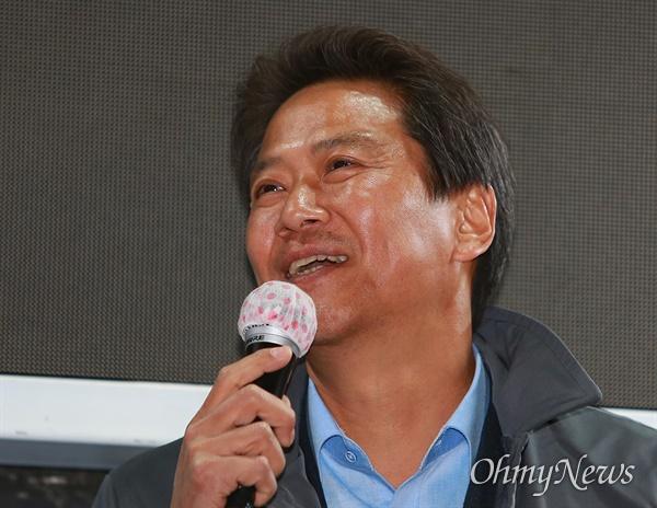 임종석 전 대통령 비서실장이 14일 오후 서울 종로구 동묘앞역에서 더불어민주당 이낙연 후보 지지연설을 하고 있다.