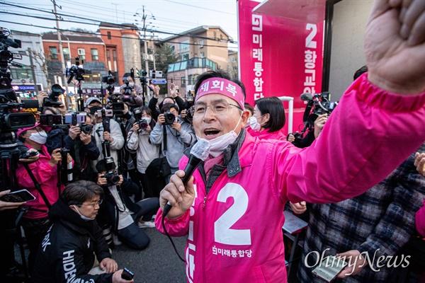 종로에 출마한 미래통합당 황교안 후보가 14일 오후 서울 종로구 평창동에서 막바지 유세를 하고 있다.