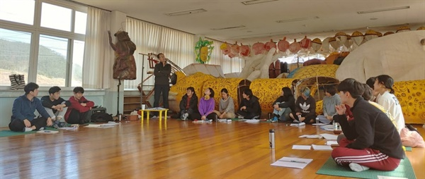 경북 청송에 있는 나무닭움직임연구소에서'2020 연극 전태일'을 연습하고 있는 청년 배우들