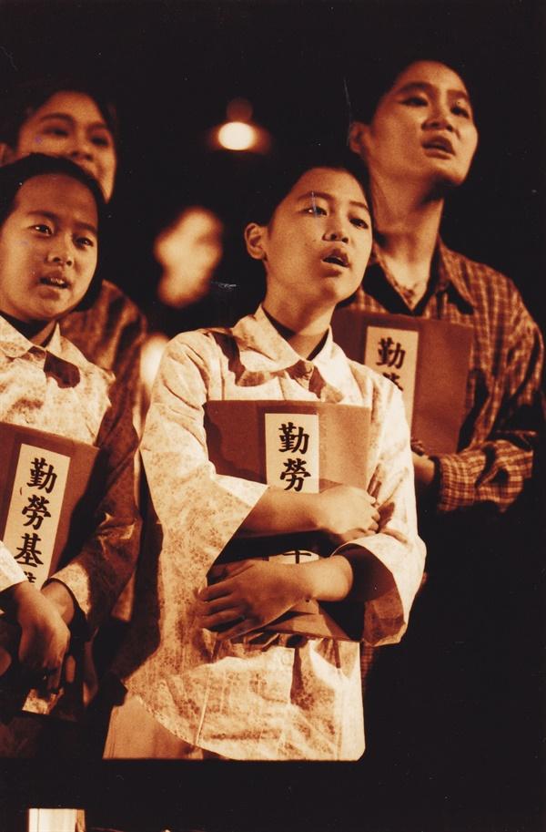 전태일 열사 30주기였던 2000년, 극단 '한강'이 제작한 '연극 전태일'에 참여한 어린이 공연자들