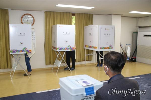 제21대 총선일인 15일 대구시 수성구 황금동 투표소에서 투표하는 모습.