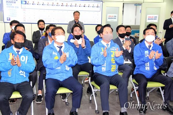 4월 15일 오후 더불어민주당 경남도당에서 이흥석, 이재영, 김두관, 민홍철 후보가 방송사의 출구예측조사를 보고 있다.