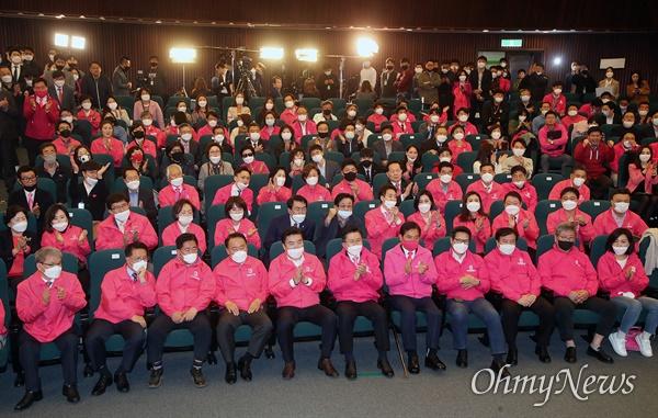 미래통합당 황교안 대표와 미래한국당 원유철 대표가15일 오후 서울 여의도 국회 도서관 강당에 마련된 제21대 국회의원선거 개표상황실에서 지상파 3사(KBS·MBC·SBS)와 한국방송협회가 진행한 출구조사에서 지역 후보들이 선전하자 박수를 치고 있다.