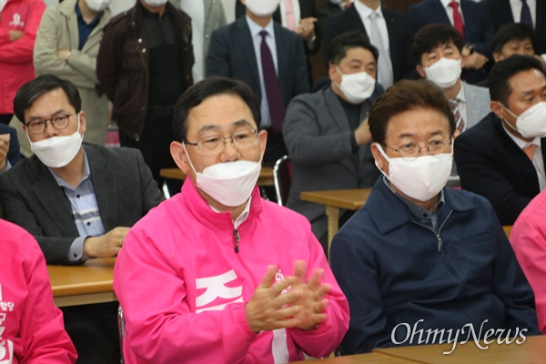 15일 오후 미래통합당 대구시당에서 진행된 방송3사 출구조사를 지켜보던 주호영 수성갑 후보가 자신이 이기는 것으로 나오자 박수를 치고 있다.