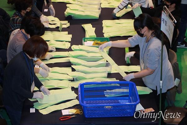 길어진 투표지 '밤샘 수개표' 21대 총선 투표일인 15일 오후 서울 도봉구 덕성여대 하나누리관에서 개표작업이 진행되고 있다. 48.1cm인 비례대표 투표용지가 분류기에 들어가지 않아 개표사무원들이 수개표를 진행한다.