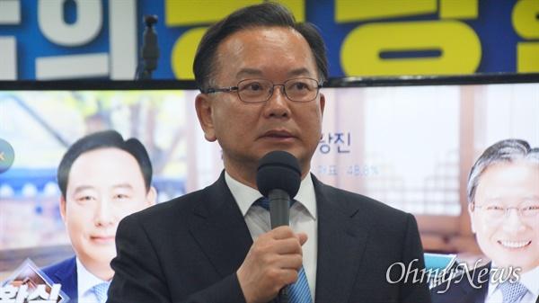패배 인정하는 김부겸 김부겸 더불어민주당 대구 수성갑 국회의원 후보가 15일 오후 9시 52분쯤 자신의 선거사무소에서 총선 패배를 선언했다.