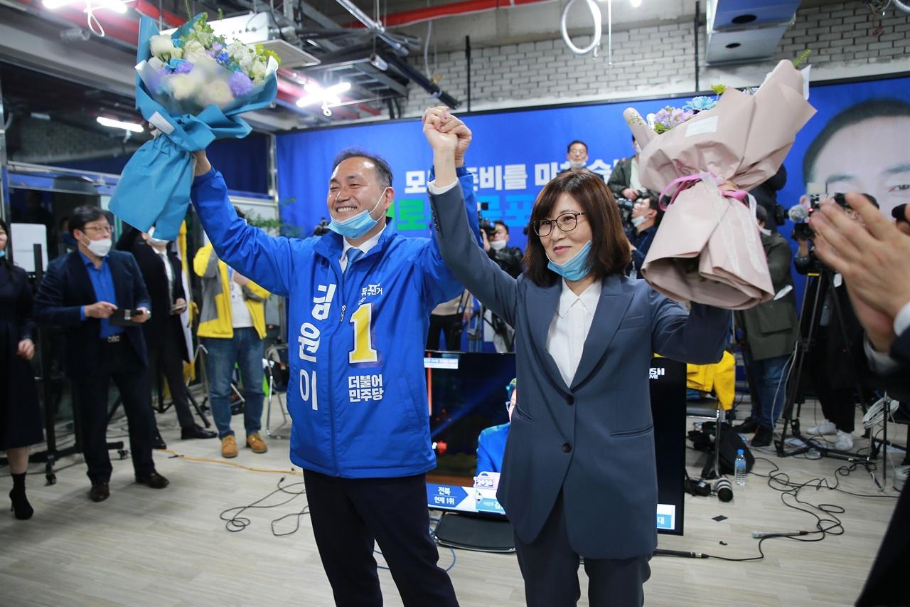 목포 김원이 후보가 당선이 확실시되자 꽃다발을 들고 환호하고 있다.