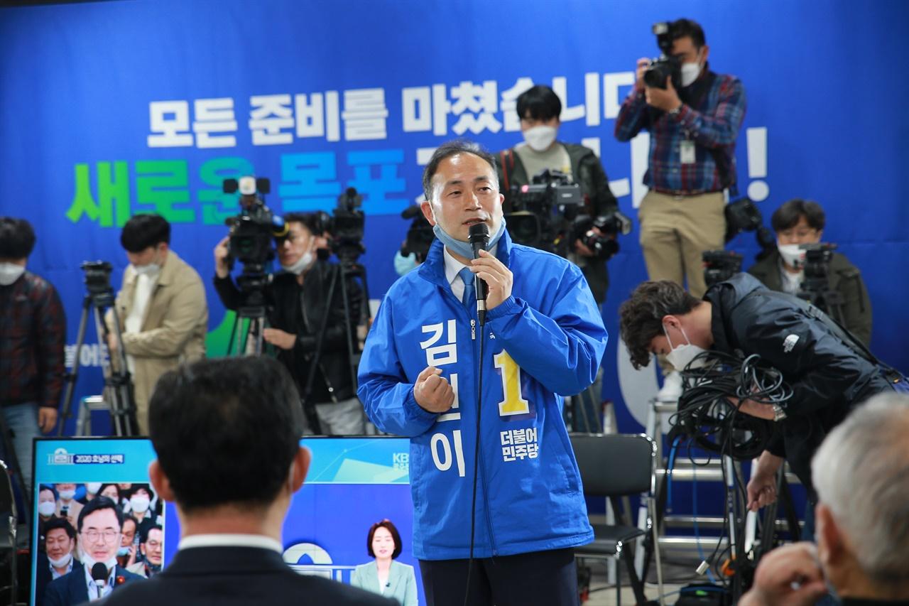 김원이 후보가 방송 인터뷰를 하고 있다.