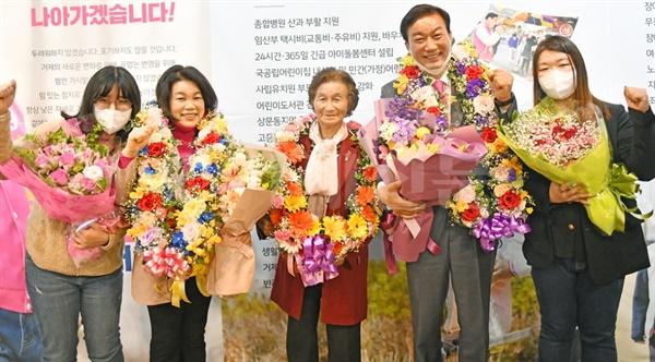 제21대 국회의원선거에서 당선된 미래통합당 서일준 당선인이 가족들의 축하를 받고 있다.