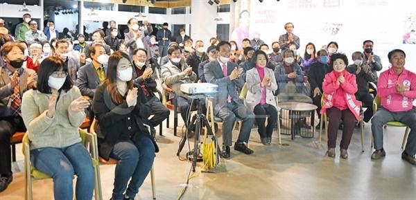 서일준 당선인이 자신의 선거사무소에서 지지자들과 함께 TV를 통해 개표결과를 지켜보고 있다.