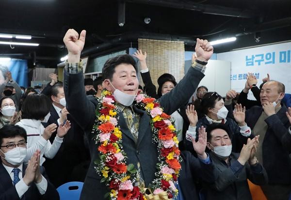 4.15총선에서 부산 남구을에 출마한 더불어민주당 박재호 후보가 16일 새벽 당선이 확실시 되자 소감을 발표하고 있다.