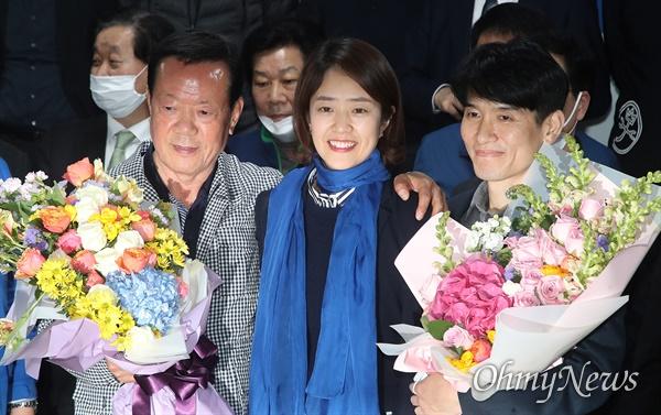 제21대 국회의원선거 서울 광진구(을)에 출마한 고민정 더불어민주당 후보가 16일 오전 서울 광진구 자신의 선거사무소에서 당선이 확정되자, 남편 조기영씨와 아버지로부터 축하를 받고 있다.