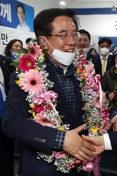 제21대 총선 인천 연수을 더불어민주당 정일영 후보가 16일 오전 인천시 연수구 자신의 선거사무소에서 당선이 확실시된다는 소식을 들은 뒤 기뻐하고 있다.