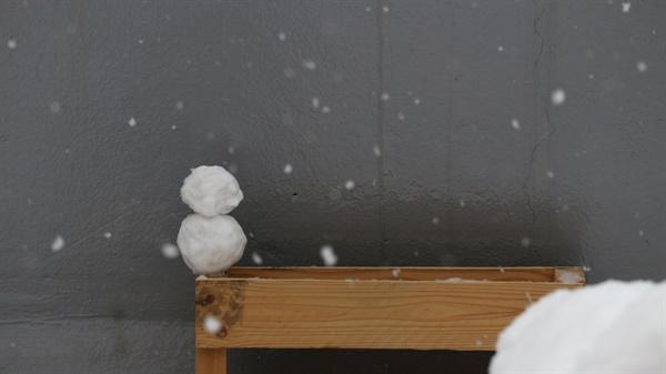 눈사람 옥상에 내린 눈으로 만든 작은 눈사람