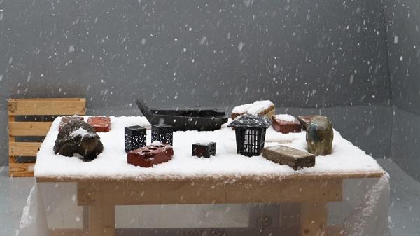 눈 내리는 옥상 눈이 내려 옥상 테이블에 눈이 쌓이고 있다