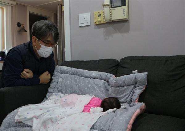 한 달 만에 만난 손녀 코로나 19 때문에 손녀가 태어난 지 한 달 만에 만날 수 있었다.