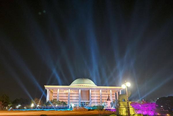 제21대 국회의원 선거 개표가 16일 오전까지 이어진 가운데 서울 여의도 국회의사당을 방송사 조명이 환하게 비추고 있다.