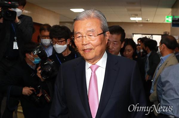 김종인 미래통합당 총괄선대위원장이 16일 오전 여의도 국회에서 참패로 끝난 21대 총선에 대한 입장을 밝힌 뒤 떠나고 있다.