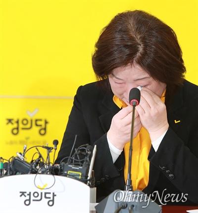 정의당 심상정 대표가 16일 오전 여의도 국회에서 열린 21대 총선 선대위 해단식에서 고생한 후보와 당원들에게 감사 인사를 전하며 눈물을 닦고 있다.