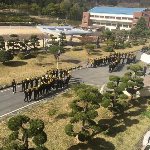 작년 세월호 참사 5주기에 맞춰 교정에서 진행한 '노란 리본 플래시몹' 장면