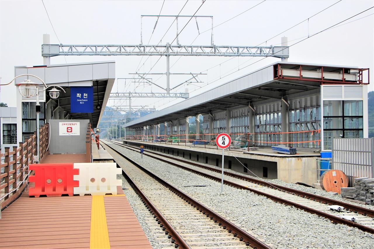 동해선 복선전철이 지어지고 있는 좌천역의 모습. 부전 - 마산 간 복선전철에도 동해선 복선전철과 직결할 수 있는 통근형 광역전철을 투입해야 한다는 목소리가 높다.