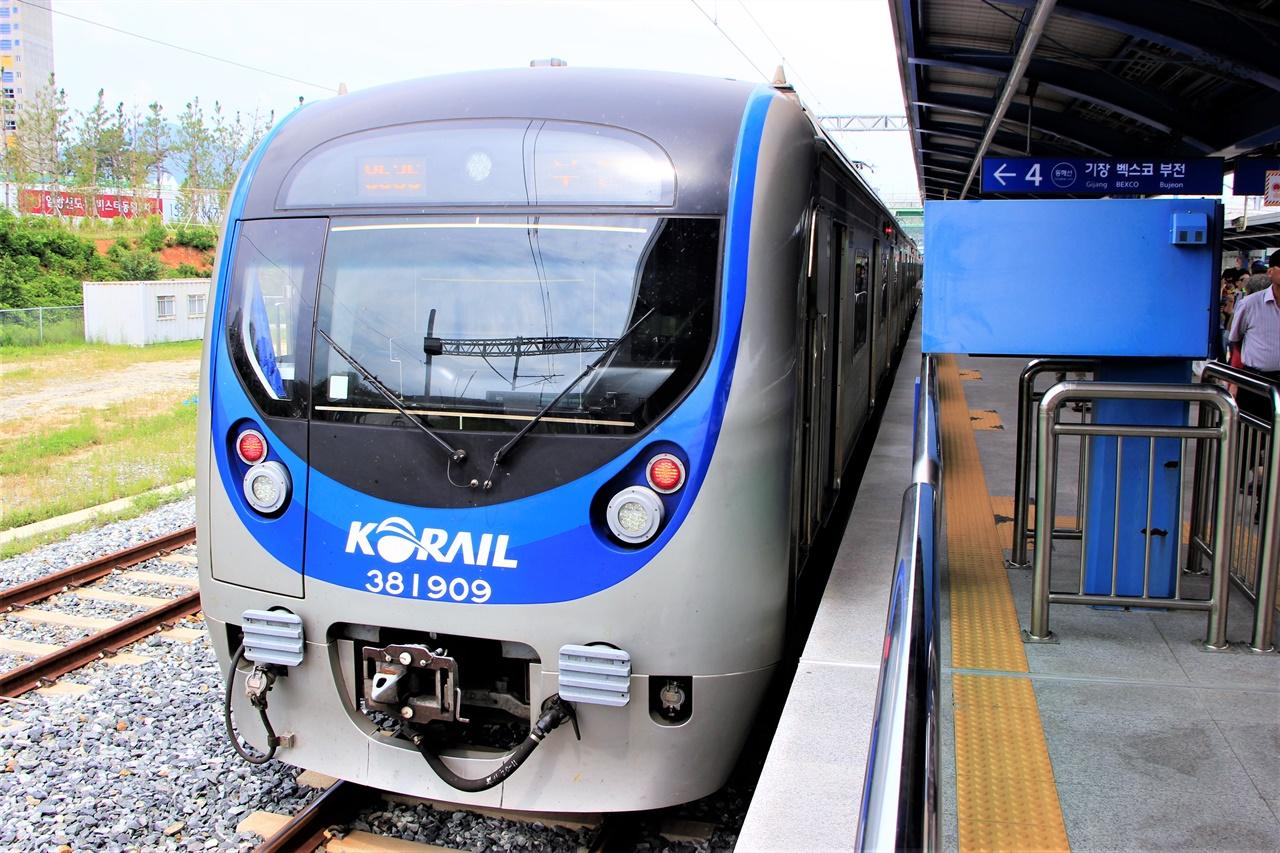 동해선 광역전철의 모습. 부전 - 마산 간 복선전철에도 이러한 광역전철을 투입하라는 여론이 적지 않다.