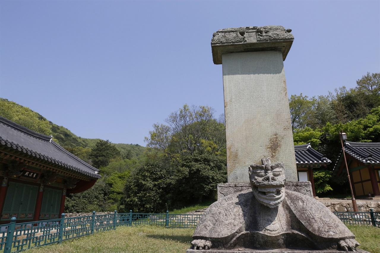무위사에서 만나는 선각대사탑비. 고려 때 건립된 것으로 알려져 있다. 소박한 절집 무위사에는 국보와 보물급 문화재가 많다.