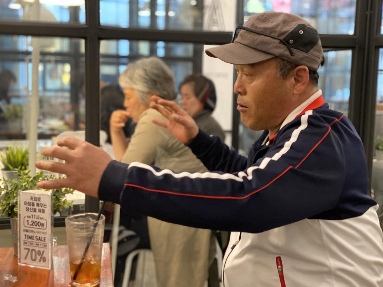 세월호 침몰 후 탈출 과정을 설명하는 윤길옥씨. 그는 세월호 참사 당시 사람들을 구하다가 마지막에 탈출한 사람 가운데 한 명이다.