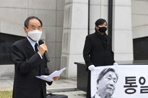 사단법인 '정의 평화 인권을 위한 양심수후원회' 권오헌 명예회장이 추도식에 참석해 추도사를 하고 있다.