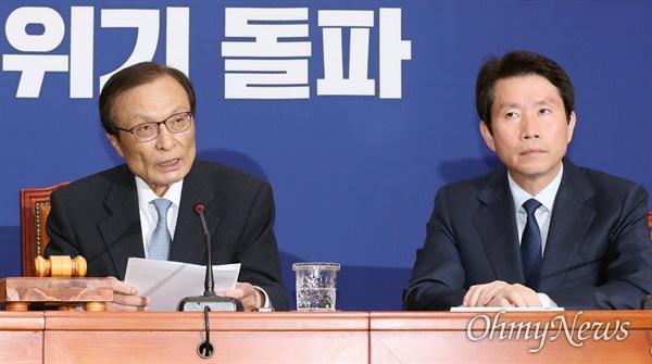 마이크 잡은 이해찬 더불어민주당 이해찬 대표가 20일 오전 서울 여의도 국회에서 열린 최고위원회의에서 모두발언을 하고 있다. 오른쪽은 이인영 원내대표.