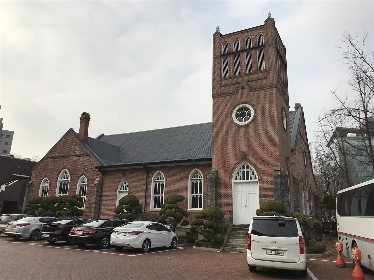 정동제일교회 벧엘예배당 1985년 공사를 시작, 1897년 완공된 벧엘예배당은 최초의 서양식 개신교회이자 건축물로 꼽힌다. 대한제국 건축가 심의석이 참여한 걸로 알려져 있다. 미국 선교사 아펜젤러가 건립을 주도했다. 정동제일교회에 아펜젤러의 흉상이 있는 건 이 때문이다. 한국 최초의 파이프 오르간도 이곳에 설치되었다(1918년). 대한민국 사적 256호로 지정되었다.