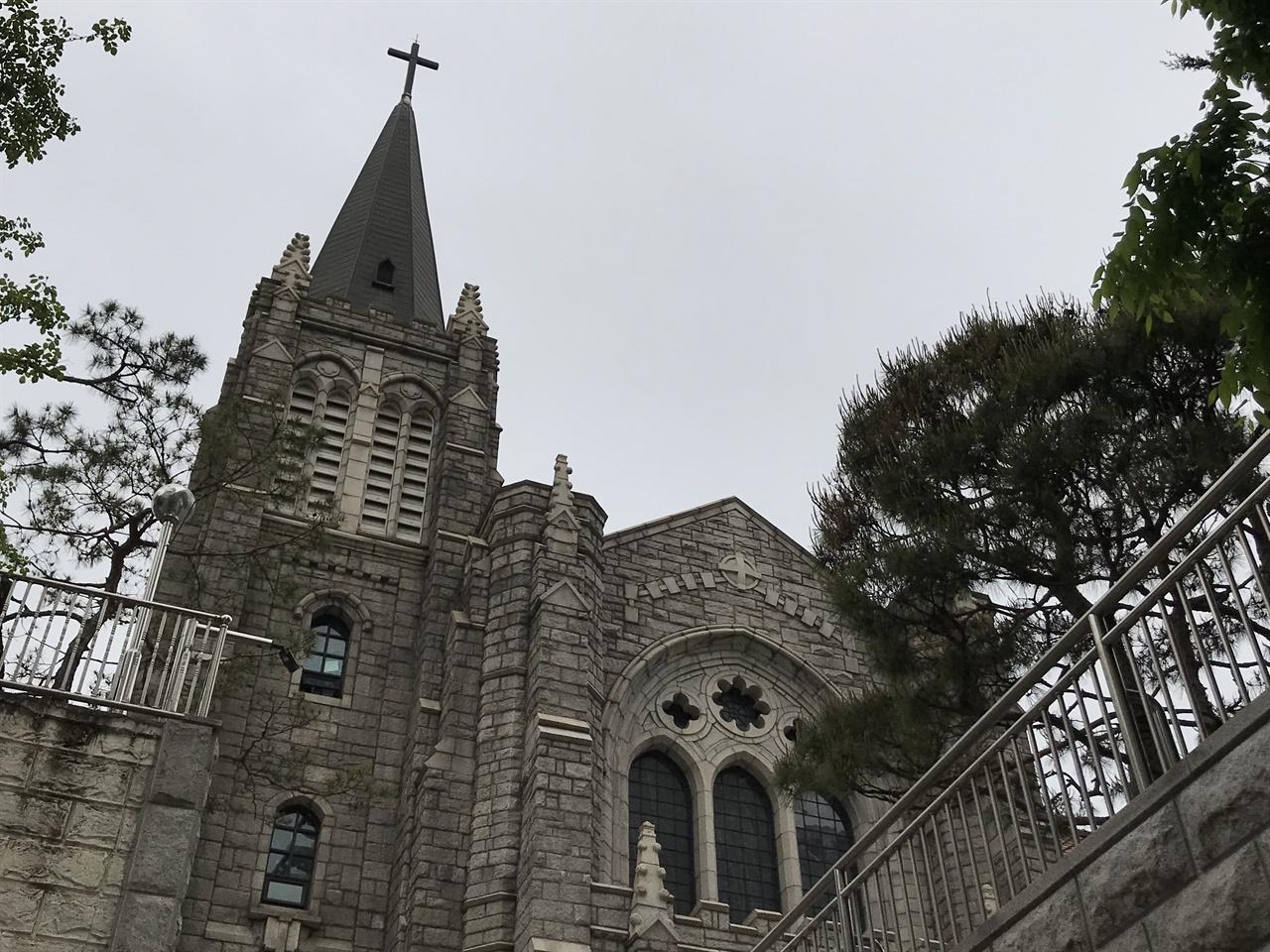 """영락교회 영락교회는 한국 최초의 대형교회로 꼽히는 곳이다. 영락교회를 일군 한경직 목사는 """"나는 자손들에게 남길 유산은 하나도 없다""""로 시작하는 유언을 남겼다. '청빈'과 '겸손'의 상징으로 한국 개신교단에서 가장 존경받는 목회자 중 하나다. 한경직 목사는 개신교 각 교파의 기자 125명을 대상으로 하는 설문조사에서 가장 존경하는 목회자로 꼽혔다. 1992년 종교계의 노벨상으로 꼽히는 존 템플턴 상(John Templeton Prize)를 받았다. '흠 없는 것이 흠'이라는 평을 들었지만, 1992년 6월 18일 존 템플턴 상 수상 축하 예배 자리에서 일제강점기 신사참배를 했다는 발언을 하기도 했다."""