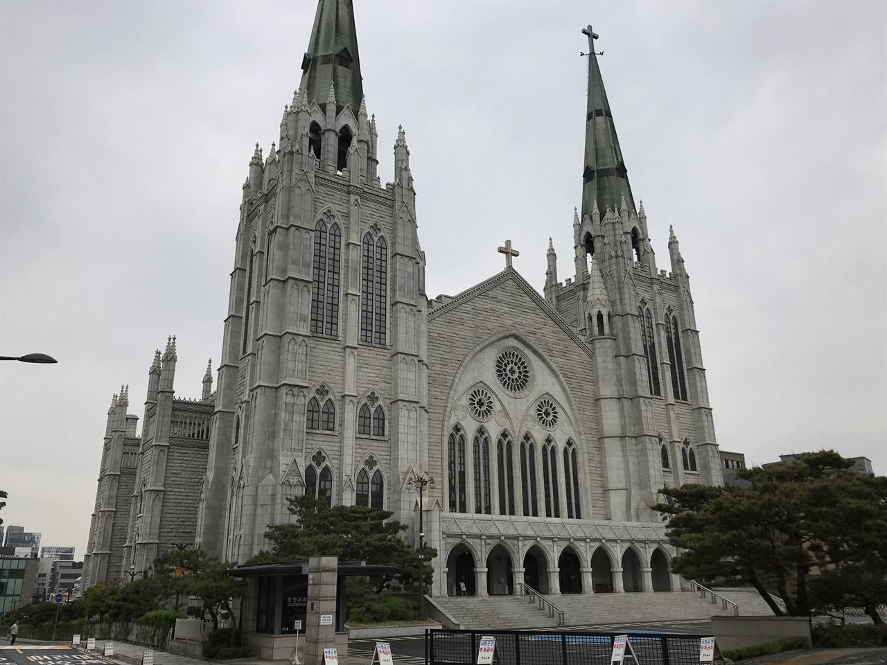 충현교회 부산 동일교회 김창일 목사가 1953년 아현동에 설립한 교회. 서울동일교회로 출발하여 1954년 충무로로 이전했다. 충무로의 '충'과 아현동의 '현'을 따서 충현교회로 이름을 바꿨다. 1980년대 들어 강남구 역삼동으로 이전했다. 김영삼 대통령이 다닌 교회로 유명해졌다.