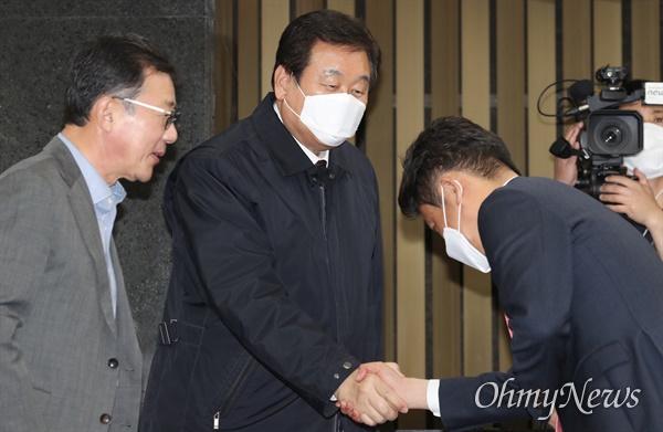 인사하는 김무성 미래통합당 김무성 의원이 20일 오후 서울 여의도 국회에서 열린 의원총회에 참석해 동료의원들과 인사하고 있다.