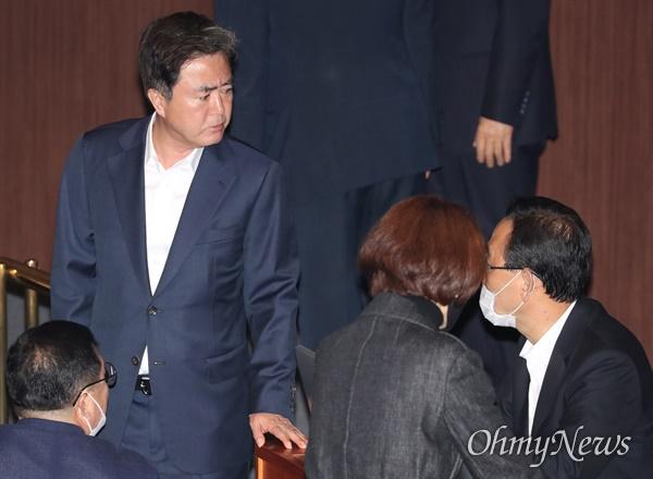 본회의 참석한 김태흠 미래통합당 김태흠 의원이 20일 오후 서울 여의도 국회에서 열린 본회의에 참석해 주호영 의원 등과 대화하고 있다.
