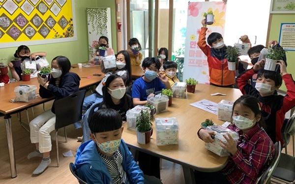 광산구자원봉사센터는 코로나19 감염 확산으로 인한 아동과 가족의 불안감 등을 해소하고자 마음 처방전과 봄꽃 세트 또는 수제 비누 세트를 전달했다.