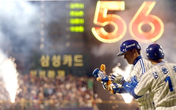 국민타자 이승엽이 2003년 10월 2일 대구구장에서 열린 프로야구 삼성-롯데전 2회말에 아시아 홈런 신기록인 56호 홈런을 친 후 홈인하며 팀 동료들의 축하를 받았다.