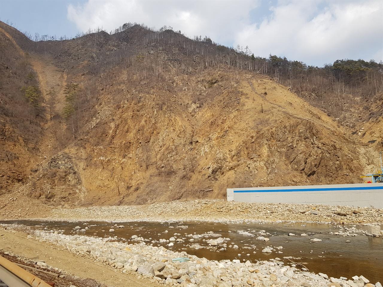 석포제련소 1공장 부근 산.(2019.2) 산림이 훼손되면서 토양과 암석이 노출되어 유실되고 있다.