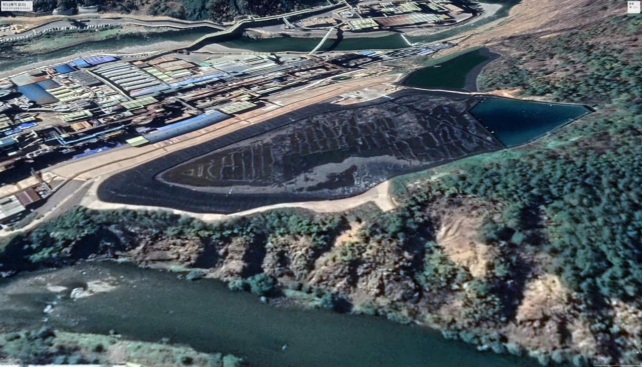 석포제련소 1공장 뒤편에 있는 침전저류조.(2018.10.) 바로 옆에 낙동강이 흐르고 있어 위험천만해 보인다.
