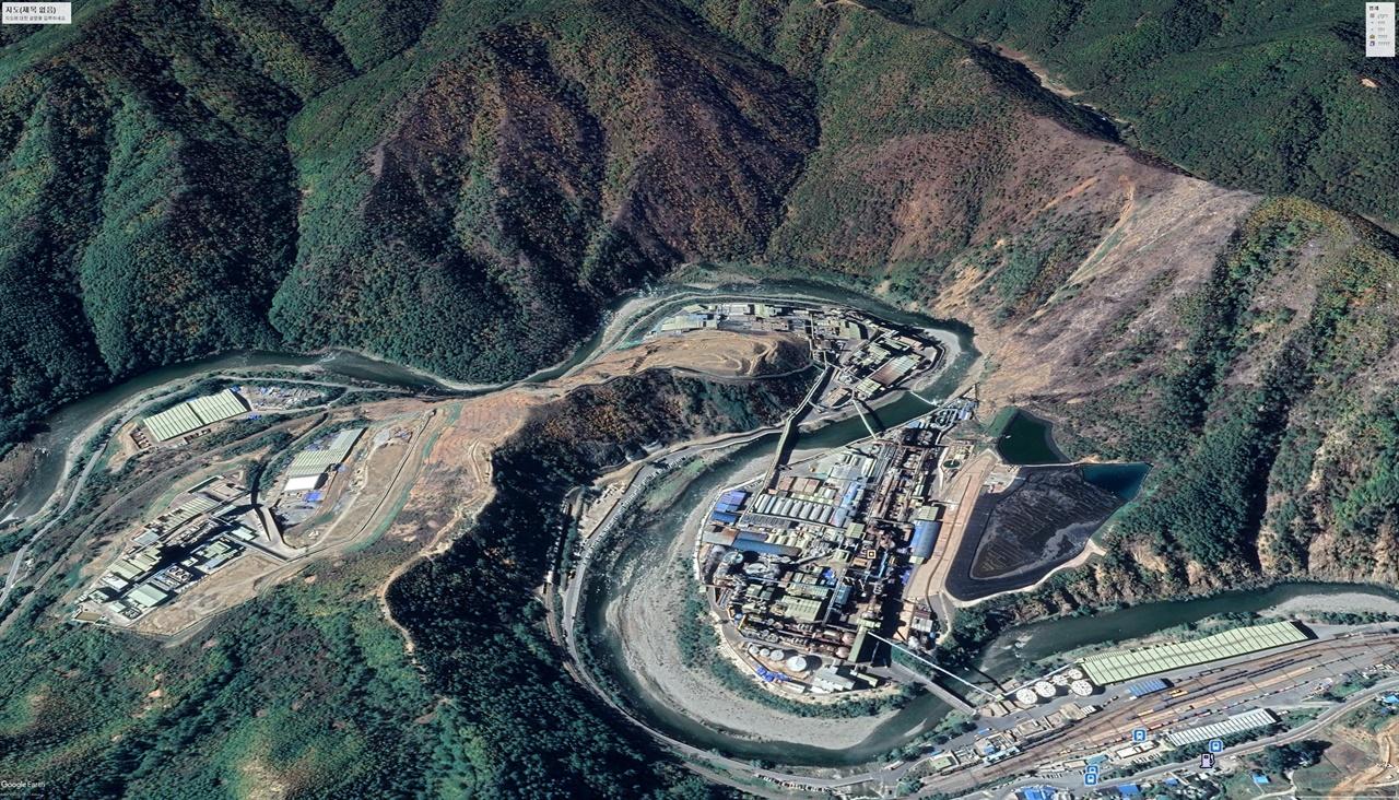 2018년 10월의 석포제련소. 1공장 옆, 2공장 맞은편에서 산림훼손이 매우 심각하며 훼손 지역이 주변으로 점차 확대되는 모양을 띠고 있다.