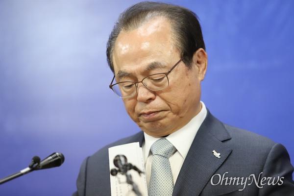 오거돈 부산시장이 23일 전격 사퇴를 발표했다. 오 시장은 과거 강제추행 사실을 인정하며 참회하며 살겠다고 밝혔다.