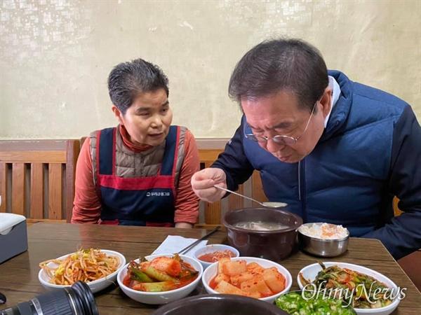 4월 22일 박원순 서울시장이 코로나19로 힘들어하는 자영업자의 목소리를 들을 겸 순댓국집에서 점심식사를 했다.