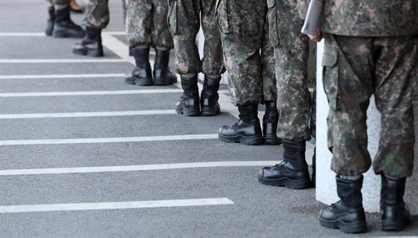 사회적 거리두기 이상 무 제21대 총선 사전투표가 시작된 10일 오전 강원 춘천시 신사우도서관에 마련된 사전투표소에서 군인들이 소중한 표를 행사하고자 거리를 두고 줄지어 서 있다.